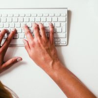 Columns: Handen op toetsenbord
