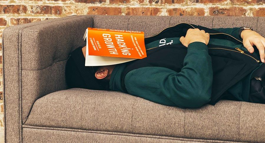 Slapen op de bank op een vermoeiende dag